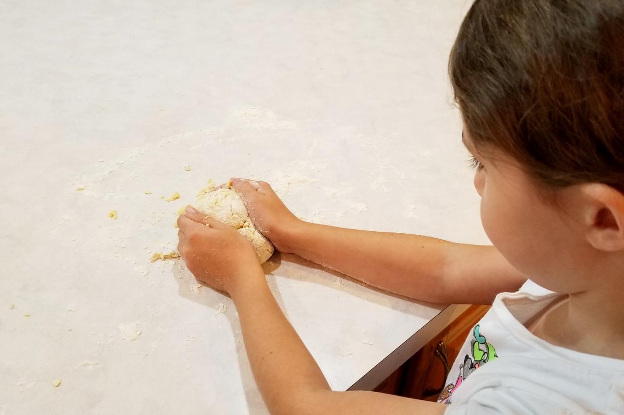 kneading the pasta dougn